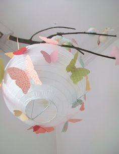 De las manos de Jann - manualidades, tarjetas, recuerdos para toda ocasión: Lampara de Papel con Mariposas: Decorar con plantillas hechas con cortadores de galletas