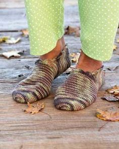 Here is a free crochet pattern for cute and comfortable crochet slippers. These slippers are quick and easy to make and are perfect for relaxing at home.