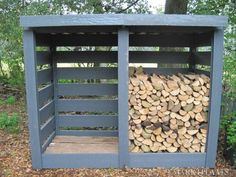 You want to build a outdoor firewood rack? Here is a some firewood storage and creative firewood rack ideas for outdoors. Lots of great building tutorials and DIY-friendly inspirations! Outdoor Firewood Rack, Firewood Shed, Firewood Storage, Outdoor Storage, Firewood Holder, Patio Storage, Pallet Storage, Diy Pallet, Pallet Wood