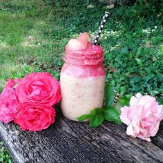Layered #smoothie : Upper is banana & raspberry and the bottom is banana, peaches and ginger #food #vegan #parisbyvegan
