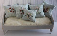 Lasituvan Miniatyyrit - Lasitupa Miniatures: DIY: Embroidered cushions 1:12 - kirjotut tyynyt