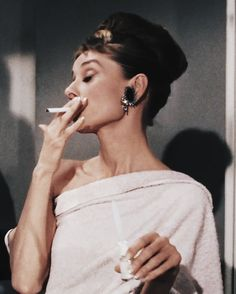 Audrey Hepburn, Breakfast at Tiffany's 1961 Hollywood Glamour, Classic Hollywood, Old Hollywood, George Peppard, Divas, Audrey Hepburn Mode, Audrey Hepburn Fashion, Aubrey Hepburn, Holly Golightly