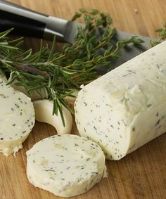 Compound butter's are so FABULOUS!! An easy compound butter recipe with garlic and herbs that is perfect for steak, corn, chicken, turkey, or for bread!