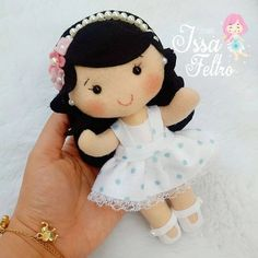 No photo description available. Felt Doll Patterns, Doll Clothes Patterns, Felt Crafts Diy, Crafts For Kids, Frozen Crafts, Crochet Dragon, Felt Dolls, Felt Art, Diy Doll