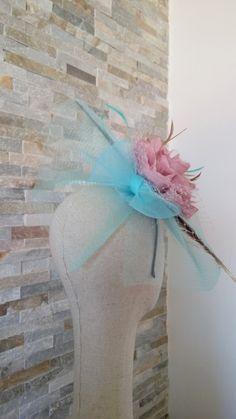 Tocado montado con crin en tonos rosados y turquesa //Headdress mounted in pink and turquoise tones