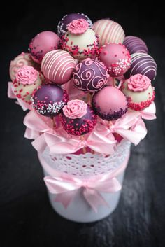 Why send flowers when you can send a Cake Pop Bouquet ? Our delicious bouquet of 15 cake pops are sent from the best Bakers in the UK. Send a bouquet of cake pops by post anywhere in the UK. Cake Pop Bouquet, Flower Cake Pops, Pink Cake Pops, Food Bouquet, Gift Bouquet, Cookie Bouquet, Velvet Cake, Cake Pop Displays, Wedding Cake Pops