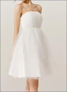 Brautkleid auf feinem Tüll mit Perlen-Stickerei.