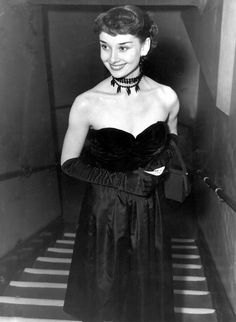 icon Audrey Hepburn: Style File 1955 - In a strapless gown and beaded choker for a black tie event. Katharine Hepburn, Audrey Hepburn Mode, Audrey Hepburn Dresses, Hollywood Icons, Golden Age Of Hollywood, Hollywood Glamour, Hollywood Divas, Brigitte Bardot, Givenchy