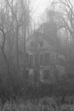 in the mist of fog.old eerie and long abandoned Old Abandoned Houses, Abandoned Mansions, Abandoned Buildings, Abandoned Places, Old Houses, Creepy Houses, Spooky House, Haunted Houses, Spooky Places