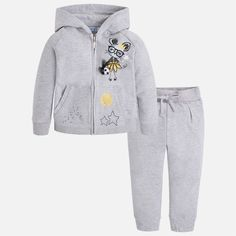 Komplety dla dziewczynki ze sklepu baby-center.com.pl to gwarancja wygody. Dziecko w dresach będzie czuło się swobodnie i jednocześnie będzie wyglądać schludnie.