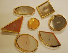 Glasmalbroschen in verschiedenen Formen, Rahmen vergoldet