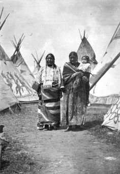 The group is probably the family of No Neck, a Native American member of Buffalo Bill's Wild West Show. Native American Children, Native American Wisdom, Native American Beauty, Native American Photos, Native American Tribes, Native American History, Native Americans, African Americans, Native Indian