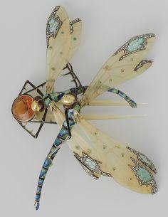 An Art Nouveau comb in the form of two dragonflies, by Lucien Gaillard, circa 1904. #ArtNouveau #Gaillard #comb