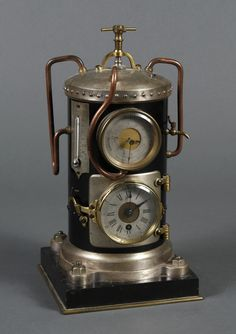1890 FRANCÉS VERTICAL CALDERA DE VAPOR RELOJ - Un reloj raro de la serie industrial . La caldera tiene tuberías y medidores ; la plataforma de reloj de 8 días y el barómetro aneroide se fijan en el lado de la caldera redonda.