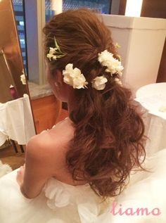 外人風オールバックダウン♡オシャレなお2人のウェディング|大人可愛いブライダルヘアメイク 『tiamo』 の結婚カタログ