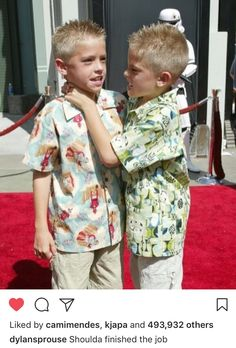 dylan and cole sprouse 2002 red carpet Riverdale Funny, Riverdale Memes, Riverdale Cast, Sprouse Bros, Dylan Sprouse, Zack Et Cody, Dylan Y Cole, Suit Life On Deck, Cole Sprouse Funny