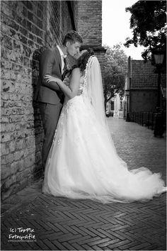 Door het gebruik van losse flitsers krijg je prachtige foto's, ook tijdens een trouwreportage #trouwreportage #trouwen #bruid #bruidegom #liefde #zoenen #kus