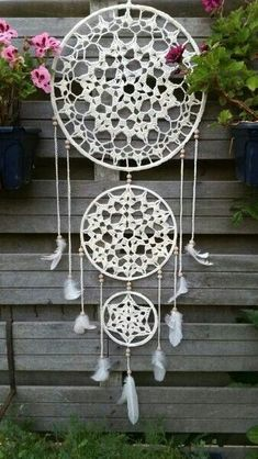 A free crochet pattern from a Dreamcatcher. Read more about this dream catcher's crochet chart at Crochetinformation and also crochet a dream catcher! Mandala Au Crochet, Crochet Motifs, Crochet Doilies, Crochet Patterns, Crochet Home, Diy Crochet, Crochet Crafts, Crochet Projects, Dreamcatcher Crochet