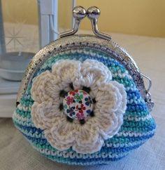 Leuk idee om te Haken Diy Crochet Coin Purse, Crochet Wallet, Knit Or Crochet, Crochet Hats, Purse Patterns, Crochet Patterns, Peacock Purse, Crochet Bunting, Embroidery Bags
