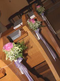 zarte Rosen in flieder schmücken die Kirchenbänke