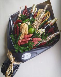 Вот такой ароматный красавчик , станет необычным дополнение к подарку 😋😋😋 Композиция может быть с разным ✔️наполнением ✔️оформлением ✔️на любой бюджет 💵 #студия_букетов_maison_de_fleurs 🙃 --------------------------------------- за ценой в Viber👇👇👇 ----------------------------------------- для заказа 👇👇👇 +380685581431 +380665574606 - VIBER +380938787594 Diy Birthday Gifts For Friends, Birthday Gifts For Boyfriend Diy, Boyfriend Anniversary Gifts, Man Bouquet, Food Bouquet, Gift Bouquet, Beer Basket, Decoration Birthday, Food Gift Baskets