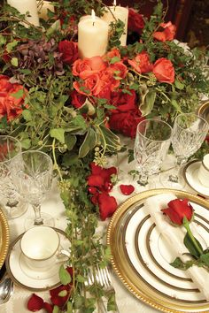 Very traditional Christmas tablescape except for using roses instead of poinsettias. Beautiful Table Settings, Wedding Table Settings, Place Settings, Wedding Tables, Christmas Tablescapes, Christmas Decorations, Holiday Decor, Dresser La Table, Valentines Day Weddings