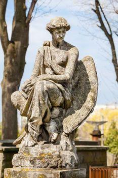 Vieille statue sur la tombe dans le cimeti�re Lychakivskyj de Lviv, en Ukraine. photo