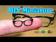 Making Tiny Eyeglasses Diy Doll Miniatures, Dollhouse Miniature Tutorials, Polymer Clay Miniatures, Miniature Crafts, Sewing Doll Clothes, Barbie Clothes, Barbie Dolls, Accessoires Mini, Accessoires Barbie