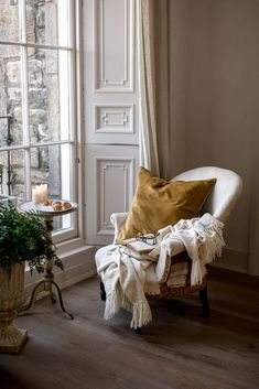 〚 Soulful country-style decor in Edinburgh apartment 〛 ◾ Photos ◾Ideas◾ Design Interior Exterior, Interior Design, Interior Shutters, Simple Interior, Cozy Corner, Slow Living, My Dream Home, Style At Home, Interior Inspiration