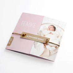 Geboortekaartje met foto Femke gecombineerd met DIY-kniplabeltje kort kraft - 13x13 theaterkaart - lief geboortekaartje