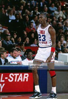 Fotografia de notícias : Michael Jordan of the Chicago Bulls walks down...