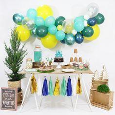"""La tendance du moment est aux guirlandes de ballons ! Cette magnifique guirlande de ballons """"aventure"""" sera parfaite pour décorer un anniversaire """"boho"""" sur le thème des indiens par exemple.   Ce KIT est composé de 50 ballons de tailles différentes (de 12 cm à 40 cm) et de couleurs différentes dans les tons de menthe, jaune et bleu, d'un ruban magique pour accrocher vos ballons et d'une super notice explicative !  Vous pouvez suspendre votre guirlande colorée au-dessus d'un bar à… Ballon Rose, Birthday Decorations, Table Decorations, Rose Pastel, Decoration Originale, Party Planning, Kit, Moment, Party Ideas"""