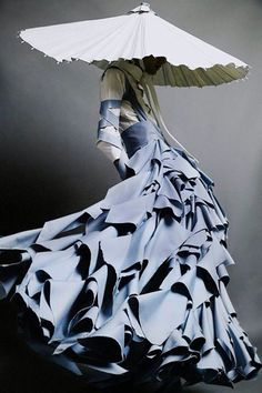 Boundary Breaking Exhibit Celebrates The Ways Couture Blurs The Line ~ boundary breaking exhibit feiert die art und weise, wie couture die linie verwischt Boundary Breaking Exhibit Celebrates The Ways Couture Blurs The Line ~ Foto Fashion, Fashion Art, Womens Fashion, Crazy Fashion, Paper Fashion, Origami Fashion, Fashion Poses, Female Fashion, Kimono Fashion