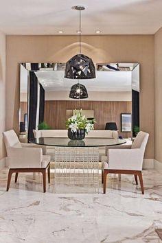Confira dicas de como deixar a sua sala de jantar mais moderna, sofisticada e visualmente maior utilizando espelho para sala de jantar.