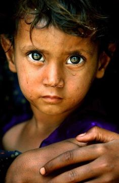 Piercing Beautiful Eyes of a Child - By Ami Vitale Kids Around The World, People Around The World, Precious Children, Beautiful Children, Beautiful Eyes, Beautiful People, Sad Eyes, Foto Art, Interesting Faces
