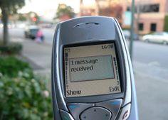 I cellulari...che invenzione...con essi comunicare con gli amici è diventato semplicissimo.....basta un sms....