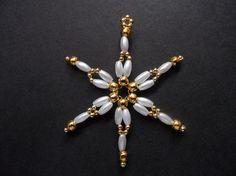 Šesticípá hvězdička - 5,5 cm Vánoční ozdoba ve tvaru šesticípé hvězdičky o průměru 5,5 cm vyrobená z plastových korálků s perleťovým a kovovým vzhledem s očkem pro zavěšení. Hvězdička je lehoučká, krásně se bude vyjímat na vánočním stromečku, jako dekorace na stůl či jako ozdoba vánočního dárku či adventního věnce. Budete-li si přát více ...