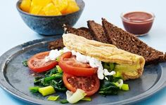 Omelet med spinat og tomat