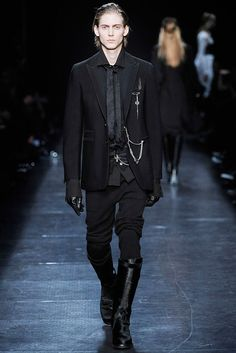 Ann Demeulemeester Herbst 2009 Ready-to-Wear-Modenschau - Louis De Castro (BANAN . Fashion Mode, Dark Fashion, Gothic Fashion, Runway Fashion, Fashion Show, Fashion Design, Winter Fashion, Men Fashion, Fashion Ideas