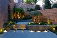 idee giardino con più livelli e un vialetto moderno