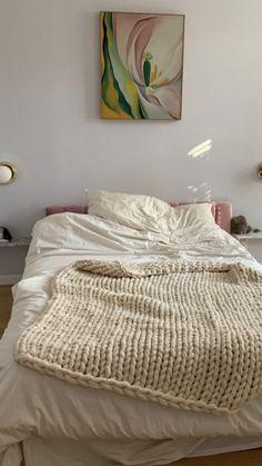 white bedroom with hints of baby pink Room Ideas Bedroom, Cozy Bedroom, Bedroom Inspo, Bedroom Decor, White Bedroom, Uni Room, Minimalist Room, Pretty Room, Aesthetic Room Decor