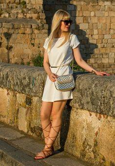http://fashionabejita.blogspot.com.es/2015/06/roman-in-merida-spain.html  #roman #gladiators #sandals #dress #white #summer #chic #mango