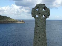 CELTIC CROSS nr LAMORNA Places In England, England Ireland, Wells, Crosses, Cornwall, Travel Photos, Celtic, Photographs, Heaven