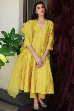 Yellow Hand Embroidered Chanderi Silk Kurta with Pants and Organza Silk Scalloped Dupatta- Set of 3 Pakistani Fashion Casual, Pakistani Dresses Casual, Pakistani Dress Design, Indian Fashion, Korean Fashion, Indian Wedding Outfits, Indian Outfits, Serie Suits, Salwar Kameez