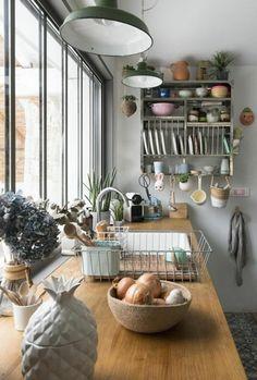 rangement mural dans la cuisine moderne, meubles de cuisine en bois