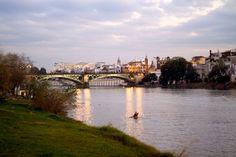 Un plan para este lunes: hacer ejercicio a lo largo del paseo fluvial, muy cerquita del hotel. #Sevilla