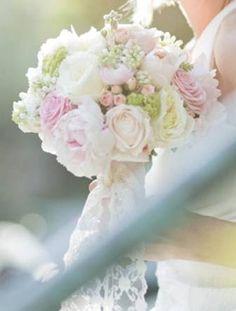 wunderschöner Brautstrauß mit Rosen und Hortensien