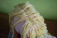 – Sewing: how to make dolls hair – Tantehilde Diy Rag Dolls, Yarn Dolls, Fabric Dolls, Knitted Doll Patterns, Doll Dress Patterns, Knitted Dolls, Hair Yarn, Yarn Braids, Doll Wigs