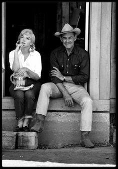 """1960 / Photos Dennis STOCK, Marilyn et Clark GABLE lors du tournage du film """"The misfits"""", dans le Nevada / SYNOPSIS / L'histoire, située dans les environs de Reno, au Nevada, est celle d'une jeune femme paumée qui vient de divorcer, et qui va suivre au hasard d'une rencontre deux hommes aussi abîmés qu'elle, un ex-pilote de l'armée de l'air qui a perdu sa femme et un vieux cow-boy solitaire qui a raté sa vie. En route, ils rencontrent un quatrième larron, jeune orphelin à moitié fou, et…"""