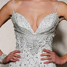 Në këtë mori fotografish, ju mund te merrni një ide se çfarë fustani mund të vishni në festen e radhes. Shpjesh here jemidilema…